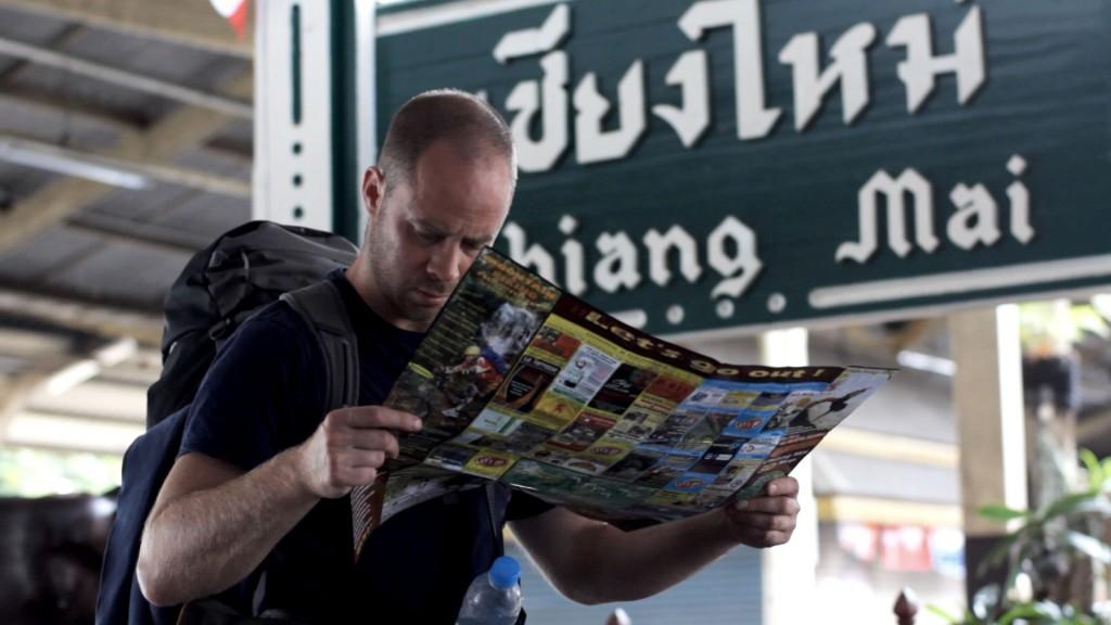 Still uit Lost in Laos. Coen probeert zijn weg te vinden na een treinreis van Bangkok naar Chiang Mai.